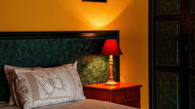 oreiller-lit-lampe